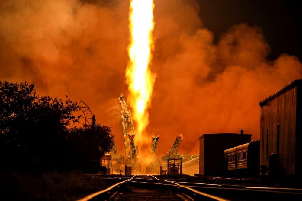 Foguete Soyuz-2.1a, transportando a espaçonave de carga Progress MS-17, é lançado da plataforma do cosmódromo russo de Baikonur, no Cazaquistão