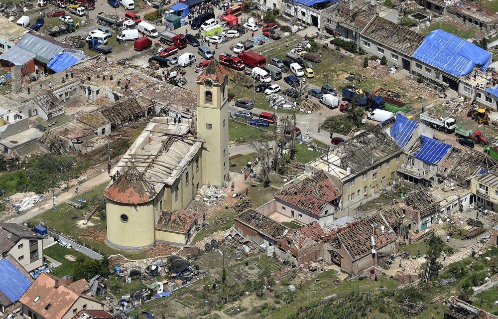 Vista aérea da aldeia de Moravska Nova Ves, República Tcheca, onde as pessoas estão reconstruindo suas vidas depois que a localidade foi atingida por um tornado, 26 de junho de 2021
