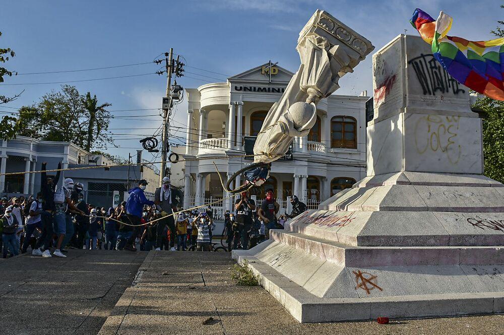 Manifestantes derrubam estátua de Cristóvão Colombo durante manifestação contra o governo em Barranquilla, Colômbia, 28 de junho de 2021