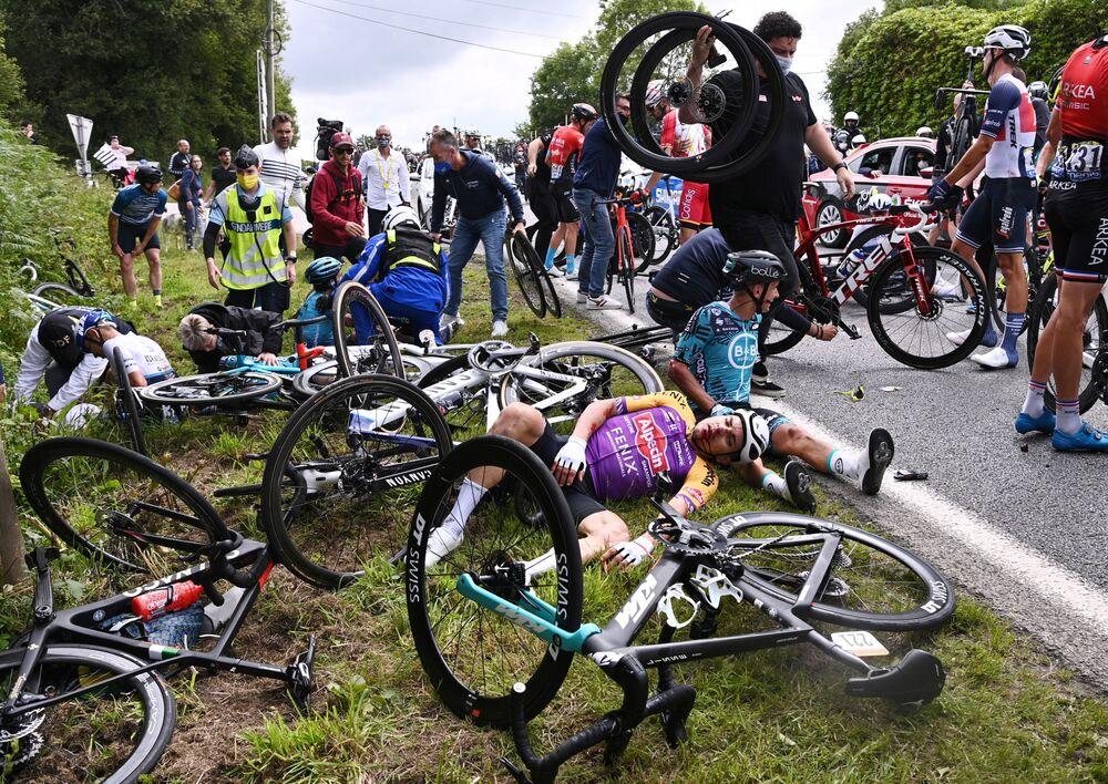 Ciclistas caem durante primeira etapa da Volta da França, entre Brest e Landerneau, França, 26 de junho de 2021