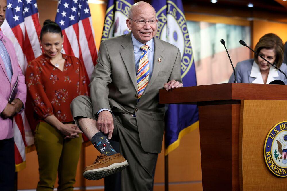 Peter DeFazio, presidente da Câmara de Transportes e Infraestrutura dos EUA, mostra suas meias durante coletiva de imprensa no Capitólio, em Washington, EUA, 30 de junho de 2021