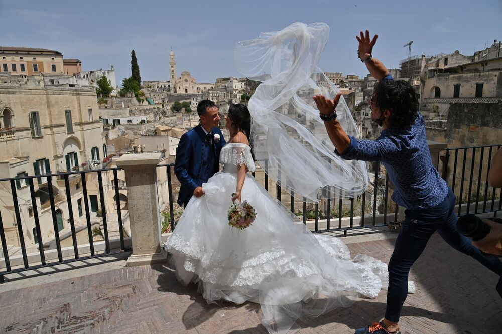 Recém-casados posam para fotos em Matera, Itália, 29 de junho de 2021