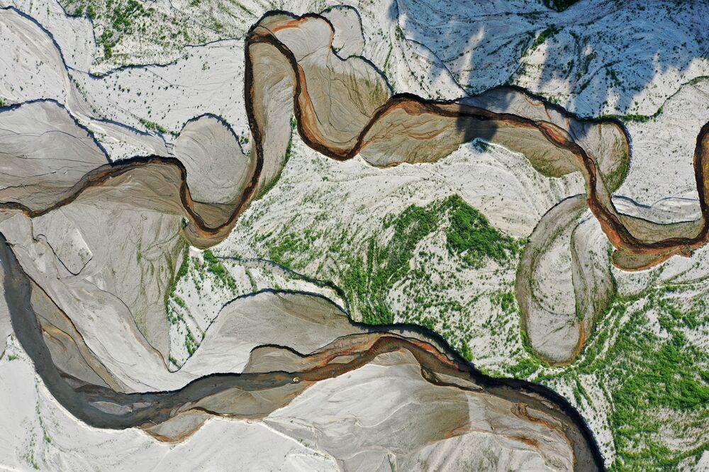 Rio San Gabriel e o leito exposto do reservatório de San Gabriel, perto de Azusa, Califórnia, EUA, 29 de junho de 2021