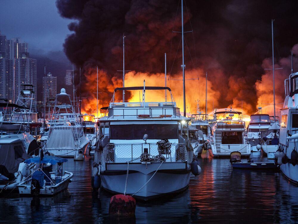 Chamas e fumaça sobem no ar em meio a incêndio que atingiu o abrigo de tufões de Aberdeen, levando à destruição de mais de 12 embarcações e à hospitalização de uma pessoa, na manhã de de 27 de junho de 2021, em Hong Kong, China