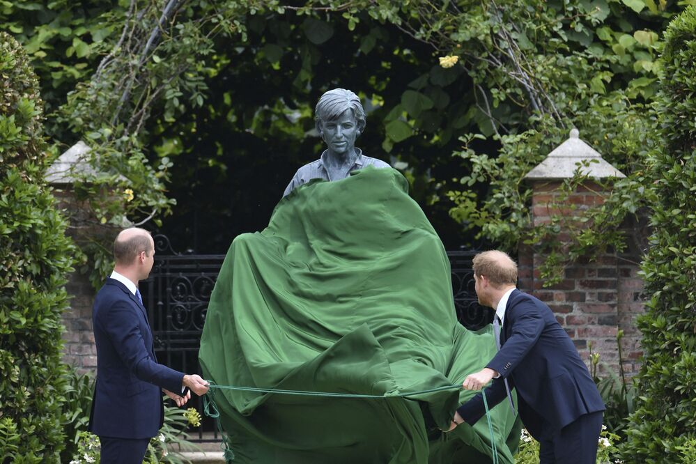 Príncipe William, à esquerda, e o príncipe Harry, inauguram estátua de sua mãe, a princesa Diana, no que seria o seu 60º aniversário, no jardim Sunken do Palácio de Kensington, Londres, Reino Unido, 1º de julho de 2021