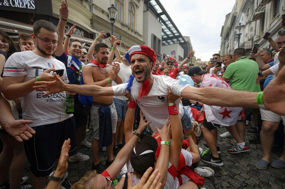 Torcedores franceses antes de partida das oitavas de final da Eurocopa 2020 entre a França e a Suíça no bairro da cidade velha de Bucareste, Romênia, 28 de junho de 2021