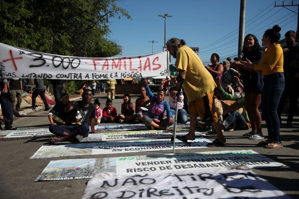 Pessoas participam de um protesto depois de serem expulsas de terra pertencente à Petrobras, em Itaguaí, perto do Rio de Janeiro, Brasil, em 1º de julho de 2021
