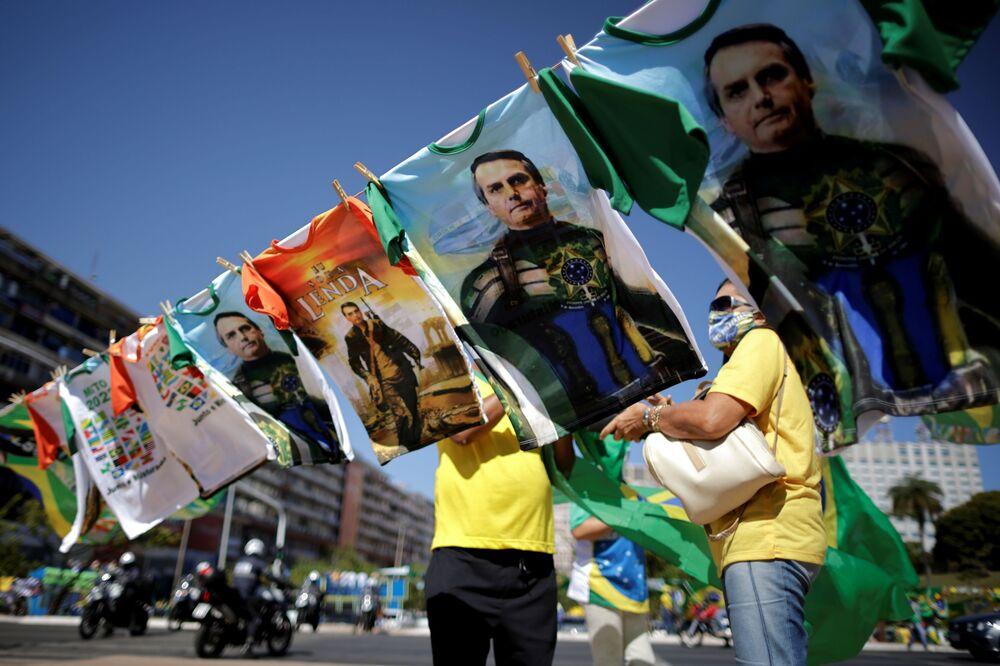 Camisetas à venda com imagens de Jair Bolsonaro durante manifestação de apoio ao presidente, em meio à pandemia da COVID-19, em Brasília, Brasil, 27 de junho de 2021