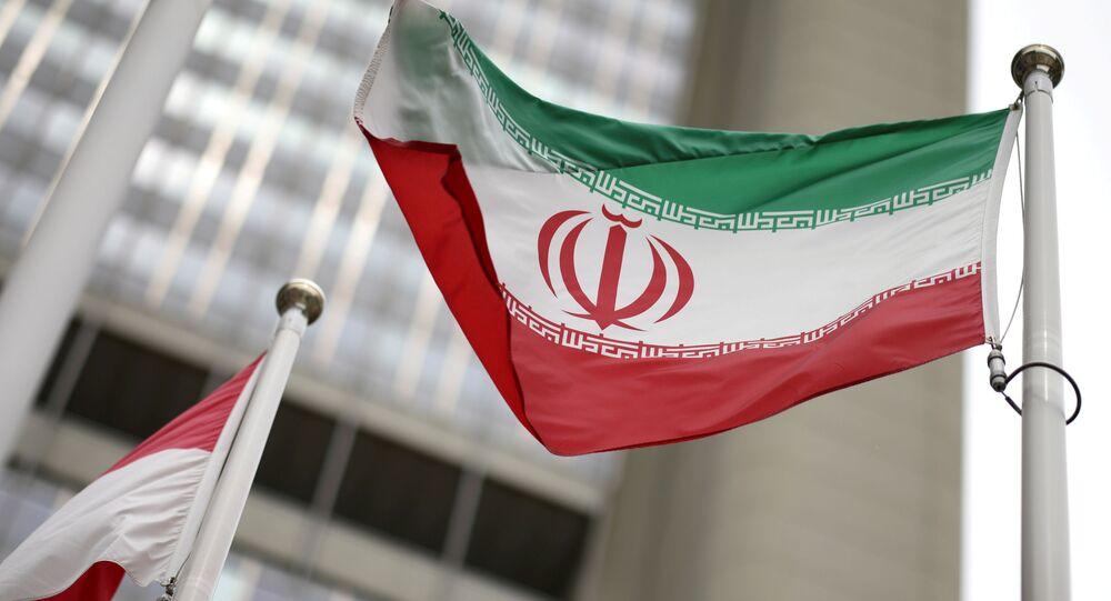 Bandeira do Irã na frente do prédio da ONU, que abriga a sede da Agência Internacional de Energia Atômica (AIEA), em Viena, Áustria, 24 de maio de 2021