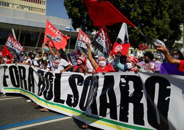 Pessoas participam de protesto pedindo o impeachment do presidente Jair Bolsonaro e contra seu tratamento diante da pandemia do coronavírus Rio de Janeiro, Brasil, 3 de julho de 2021