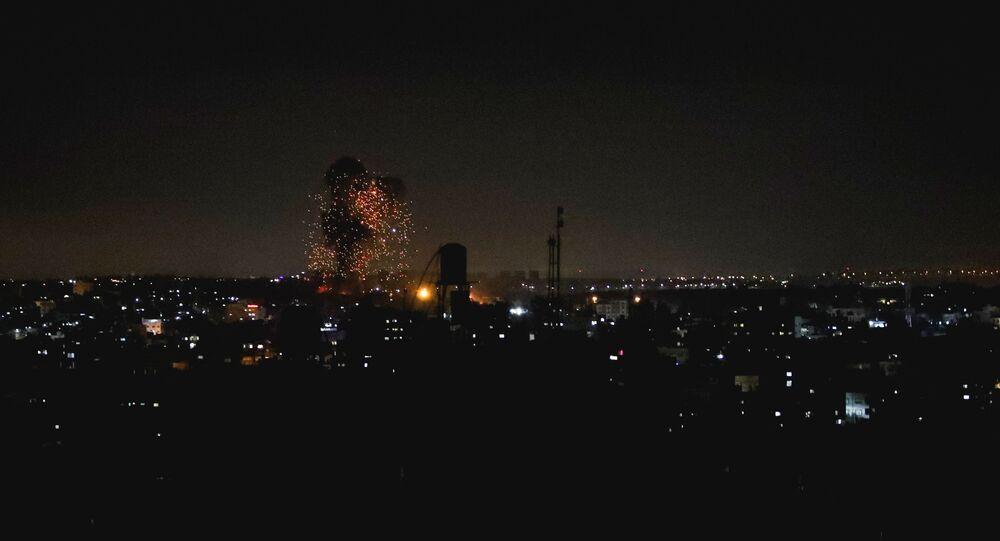 Fumaça e chamas são vistas após um ataque aéreo israelense no norte da Faixa de Gaza, em 17 de junho de 2021