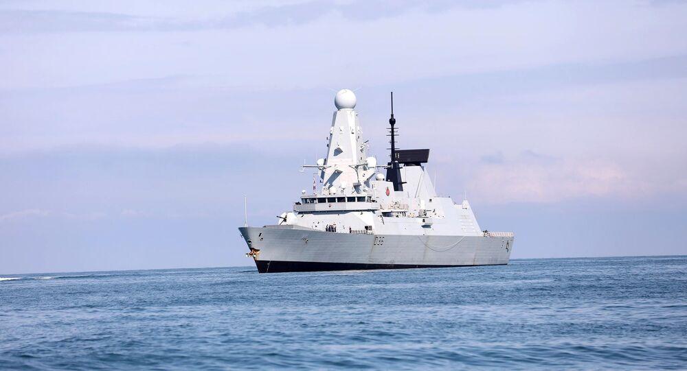 Navio de guerra HMS Defender da Marinha Real Britânica se aproxima do porto de Batumi, Geórgia, no mar Negro, 26 de junho de 2021