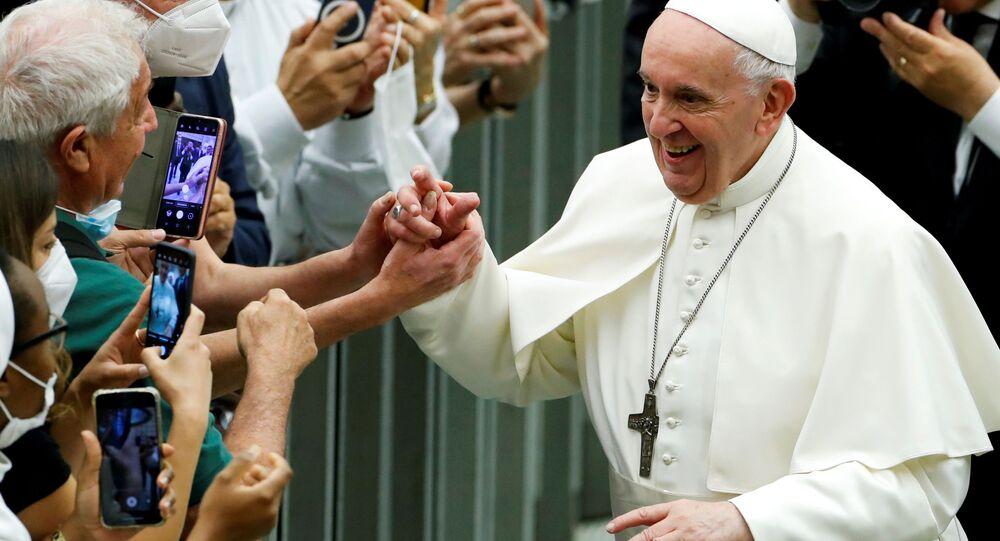 Papa Francisco saúda pessoas enquanto assiste a evento no Salão Paulo VI, no Vaticano, 26 de junho de 2021