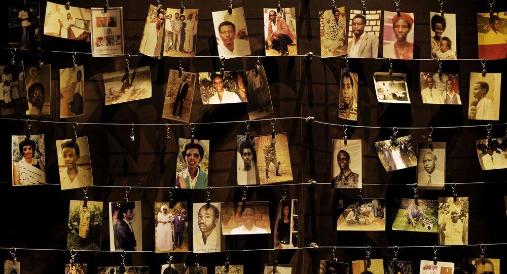 Fotos de família de alguns dos que morreram em exibição no centro do Memorial do Genocídio de Kigali, em Kigali. Foto de arquivo