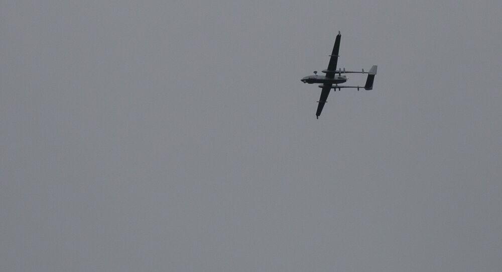 Drone pertencente ao Exército da Índia sobrevoa o sul de Srinagar, em Caxemira controlada pela Índia, 6 de maio de 2020