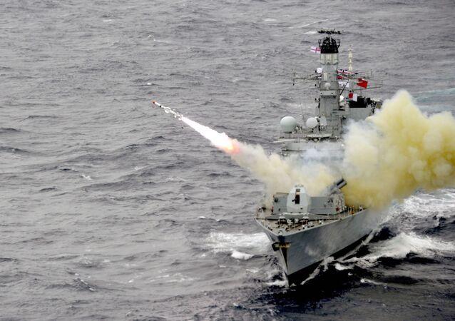 Navio de guerra HMS Montrose da Marinha Real Britânica dispara míssil Harpoon