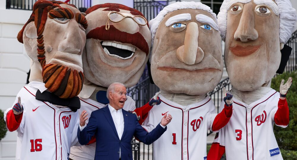 Presidente dos EUA Joe Biden com bonecos cabeçudos representando ex-presidentes dos EUA usando traje do time nacional de basebol durante celebrações do Dia da Independência dos EUA, Washington, 4 de julho de 2021