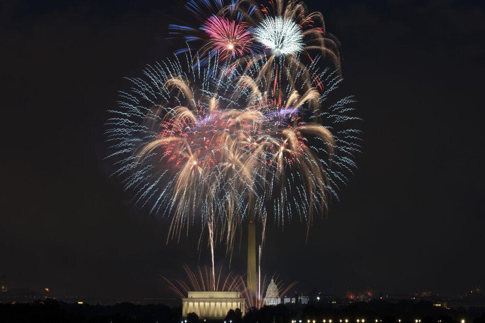 Fogos de artifício sobre Lincoln Memorial, monumento de Washington e Capitólio durante celebrações do Dia da Independência em Washington, EUA, 4 de julho de 2021