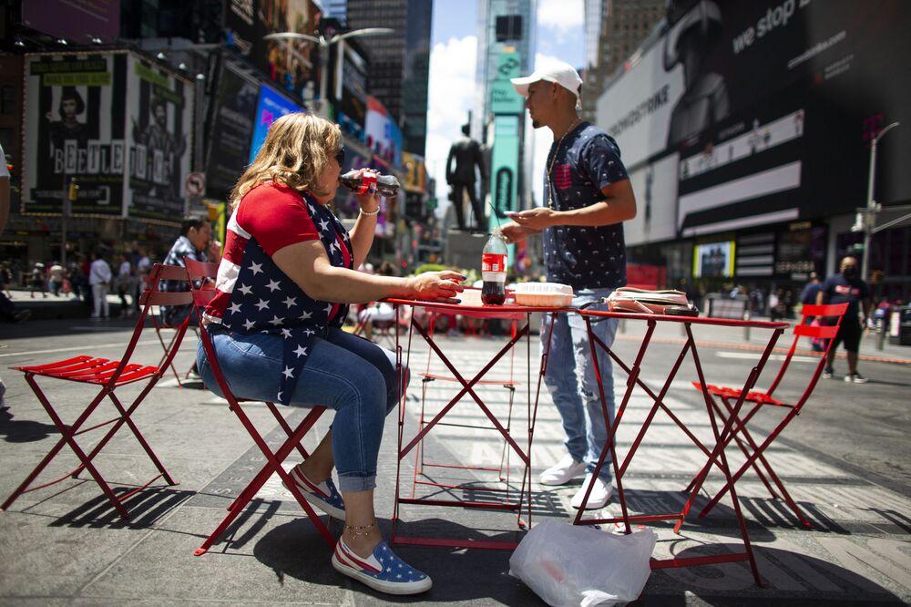 Mulher durante celebrações do Dia da Independência dos EUA em Times Square, Nova York, 4 de julho de 2021
