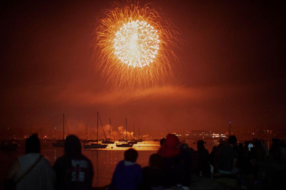Pessoas assistem a fogos de artifício como parte das celebrações do 4 de julho em Bristol