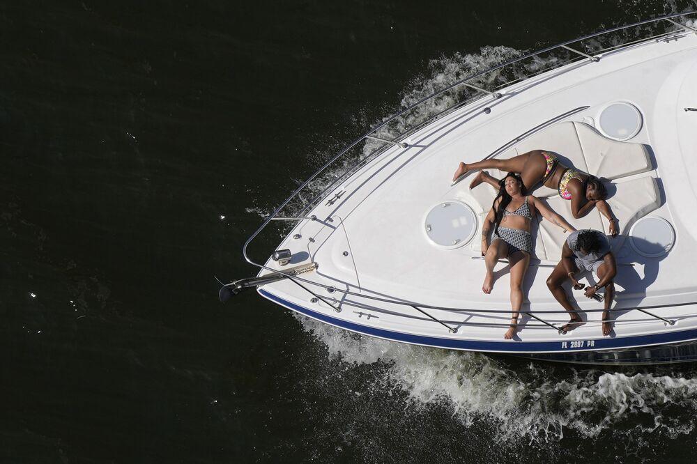 Pessoas descansando em um barco durante as celebrações do Dia da Independência dos EUA em Miami, 4 de julho de 2021