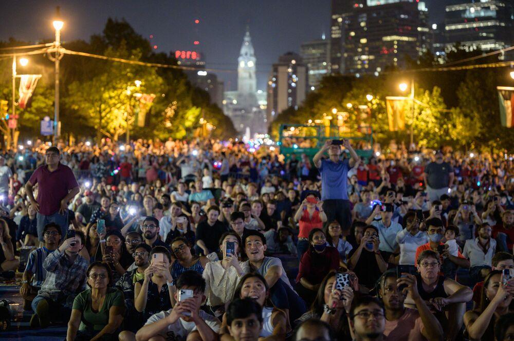 Espectadores admiram fogos de artifício do Dia da Independência no Museu de Arte da Filadélfia, EUA, 4 de julho de 2021
