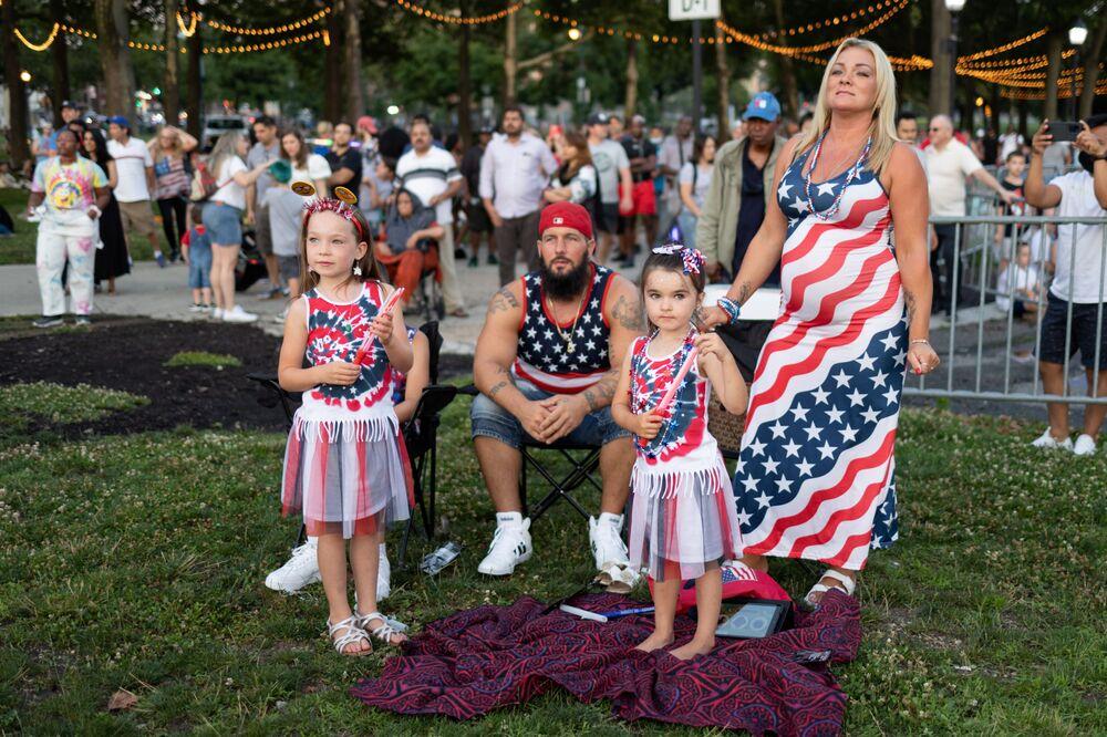 Espectadores aguardam para fogos de artifício no Dia da Independência no estado da Pensilvânia, EUA, 4 de julho de 2021