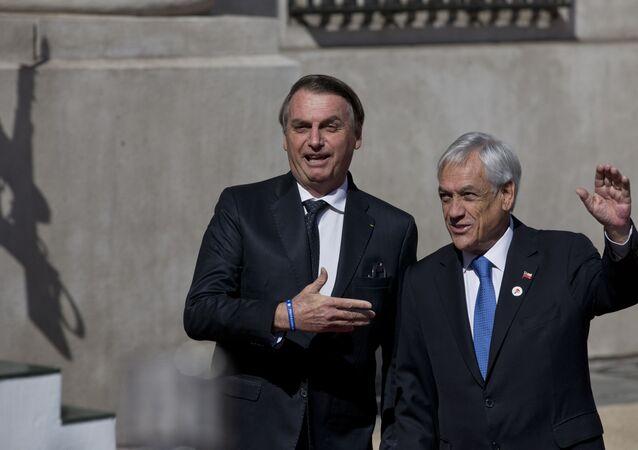 Presidente do Brasil, Jair Bolsonaro, apresenta propostas ao presidente do Chile, Sebástian Piñera, em frente ao palácio presidencial La Moneda em Santiago, Chile, 22 de março de 2019