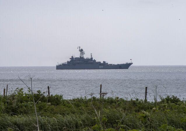 Navio de assalto anfíbio Peresvet durante exercícios no mar do Japão (também conhecido como mar do Leste)