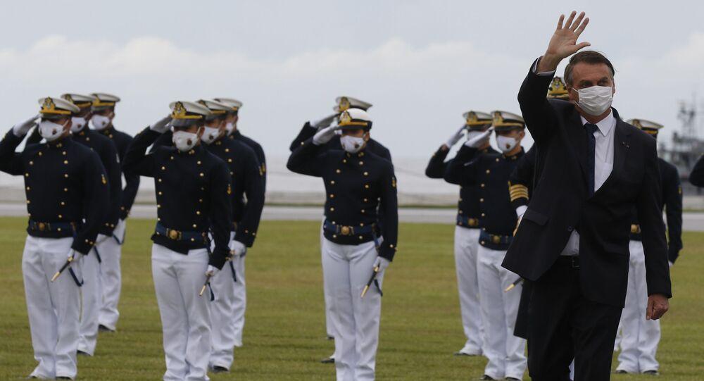 O presidente da República Jair Bolsonaro, participa da cerimônia de juramento à bandeira e entrega de Espadins da turma Almirante Bosisio na Escola Naval, 19 de junho de 2021