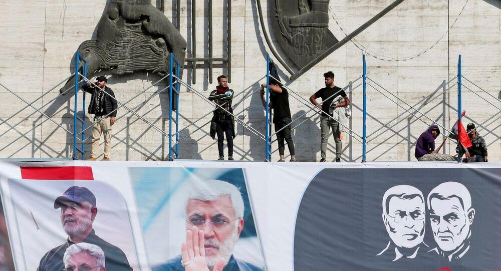 Cartaz comemorando o primeiro aniversário das mortes, por ataque aéreo dos EUA, do general e comandante militar iraniano Qassem Soleimani, à direita, e de Abu Mahdi al-Muhandis, subcomandante das Unidades de Mobilização Popular do Iraque (PMU, na sigla em inglês), em Bagdá, Iraque, 3 de janeiro de 2021