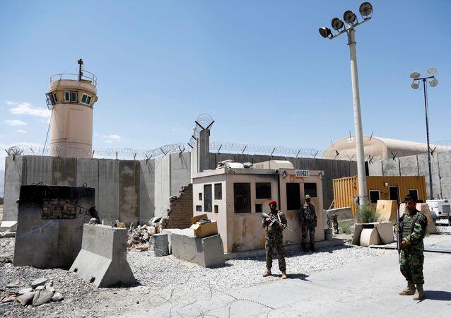 Soldados do Afeganistão de guarda no portão da base aérea dos EUA de Bagram, no dia em que as últimas tropas norte-americanas a desocuparam, província de Parwan, Afeganistão, 2 de julho de 2021