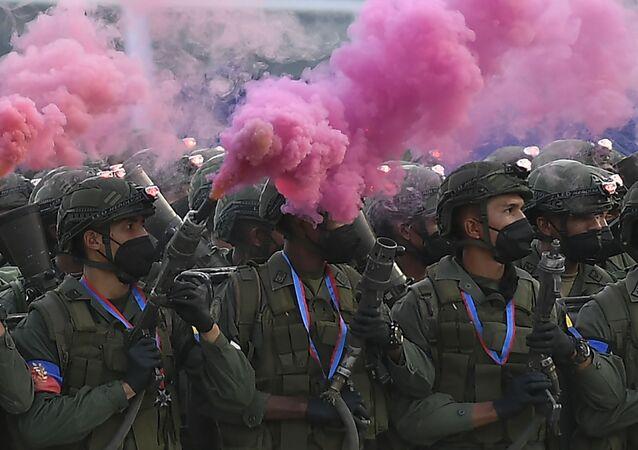 Soldados marcham durante o desfile militar dedicado ao Dia da Independência da Venezuela, em Caracas, 5 de julho de 2021