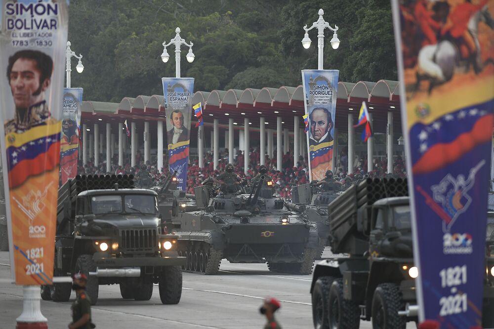 Veículos militares durante o desfile militar do Dia da Independência da Venezuela, em Caracas. A Venezuela celebrou os 210 anos de sua independência da Espanha, 5 de julho de 2021