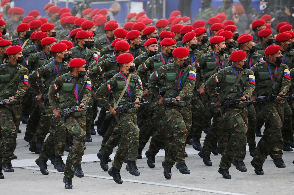 Soldados participam do desfile militar celebrando o 210º aniversário da Independência da Venezuela, 5 de julho de 2021