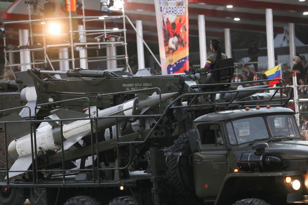 Soldados e veículos militares desfilam durante o 210º aniversário da independência venezuelana, em Caracas, 5 de julho de 2021
