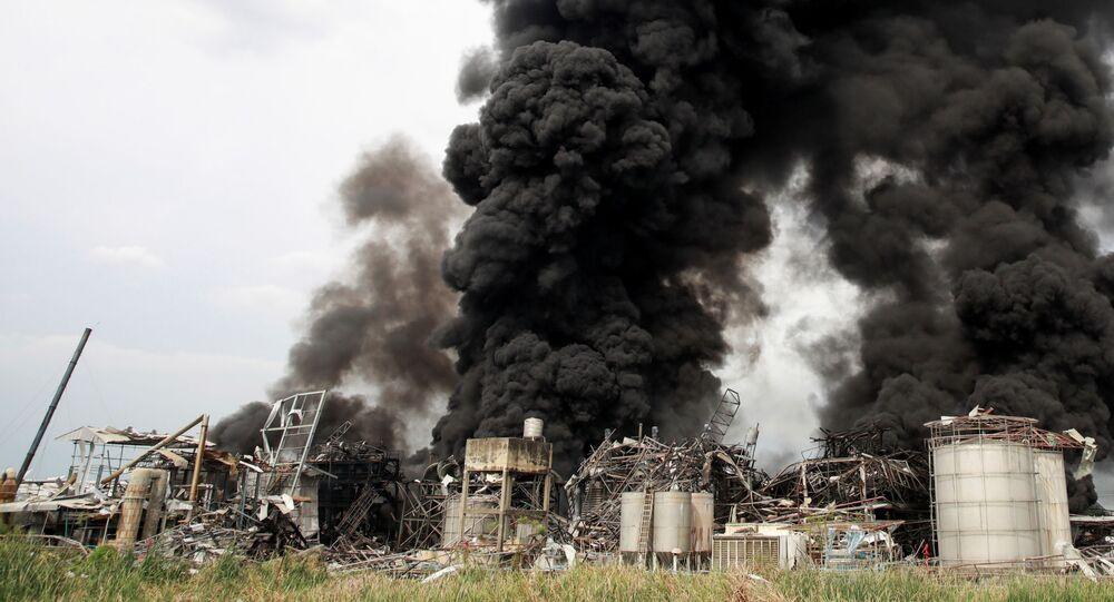 Fumaça sobe de fábrica de plástico após explosão em Samut Prakan, nos arredores de Bangkok, Tailândia, 5 de julho de 2021