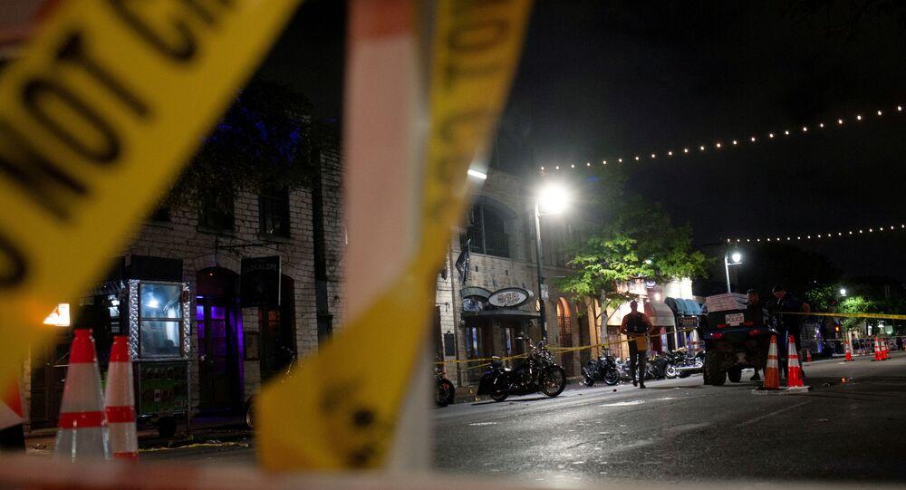 Polícia investiga local de tiroteio em massa na área de entretenimento de Sixth Street em Austin, Texas, EUA, 12 de junho de 2021