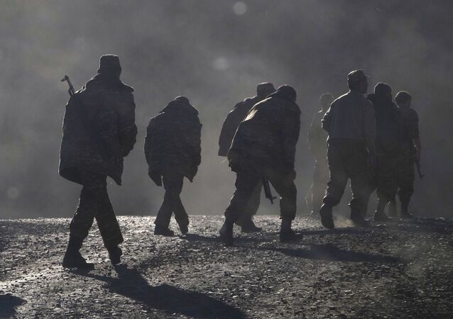 Soldados da Armênia caminham pela estrada perto da fronteira entre Nagorno-Karabakh e a Armênia, 8 de novembro de 2020
