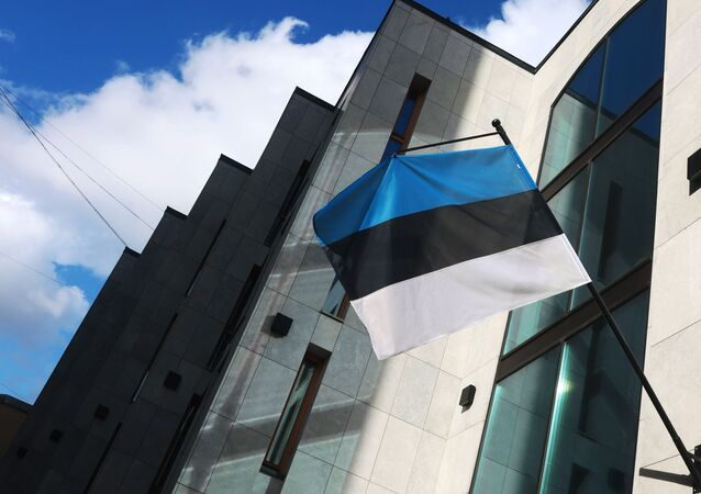 Bandeira da Estônia no prédio da Embaixada da Estônia em Moscou, Rússia