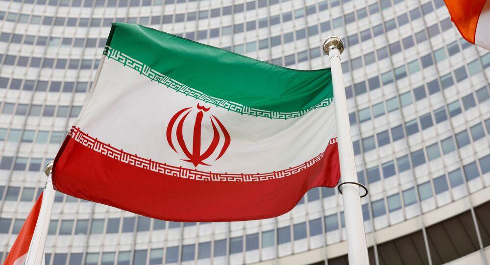 Bandeira do Irã em frente à sede da Agência Internacional de Energia Atômica (AIEA) em Viena, Áustria, 23 de maio de 2021