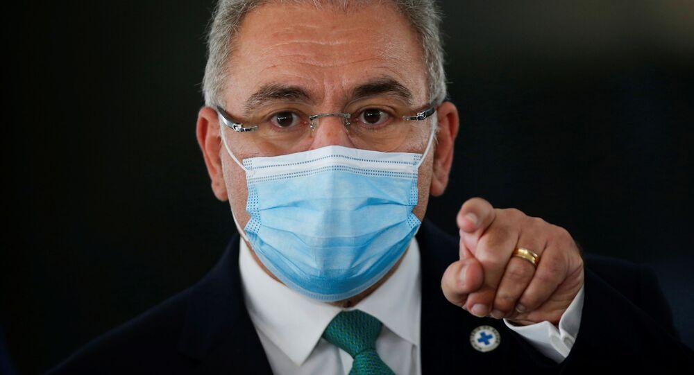 Ministro da Saúde do Brasil, Marcelo Queiroga, assiste a coletiva de imprensa em Brasília, 6 de julho de 2021