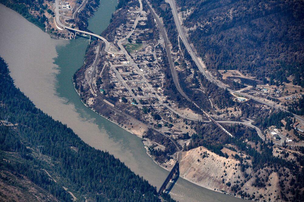 Restos carbonizados de casas e prédios na vila de Lytton, destruídos pelo incêndio de 30 de junho no Canadá, 6 de julho de 2021