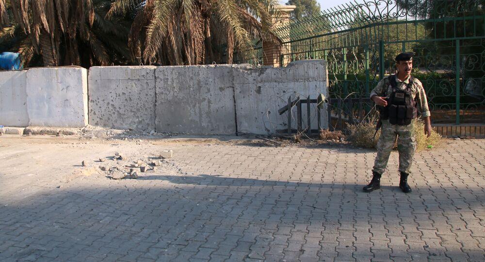 Militar inspeciona a cena de um ataque com foguete em Bagdá