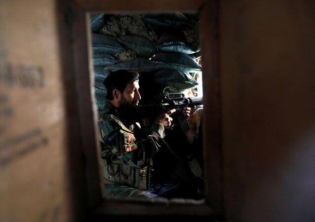 Soldado do Exército Nacional do Afeganistão em posto de observação em Mahipar, na autoestrada Jalalabad-Cabul, Afeganistão, 8 de julho de 2021