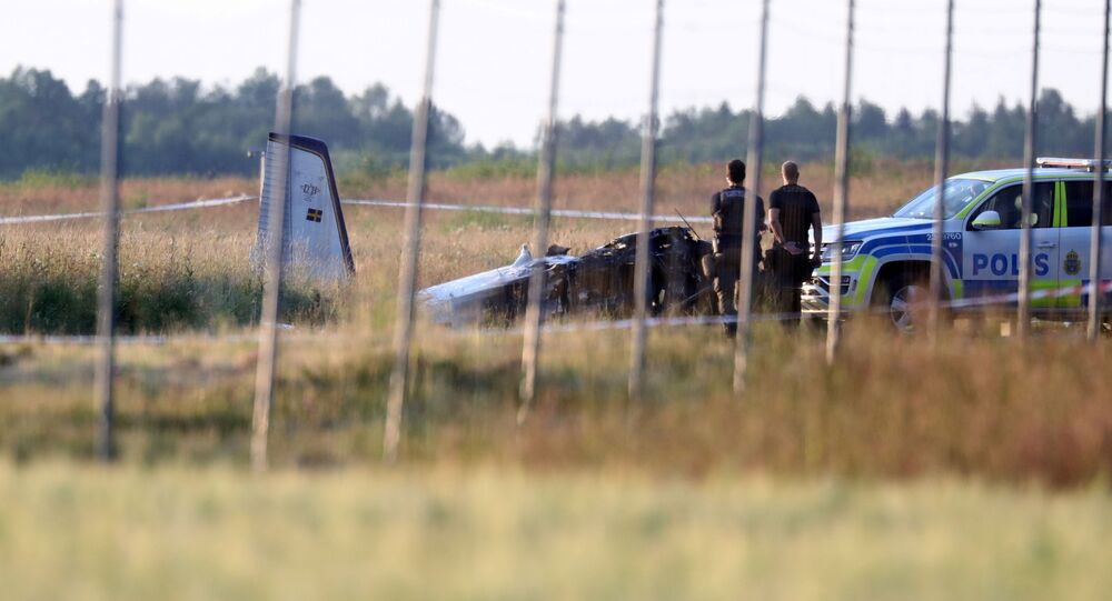 Policiais observam pequena aeronave que caiu no Aeroporto de Orebro, Orebro, Suécia, 8 de julho de 2021