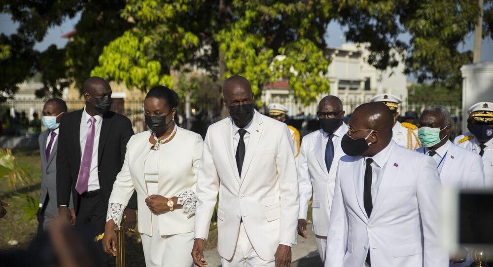 Presidente haitiano Jovenel Moïse (ao centro), caminha com a primeira-dama Martine Moïse (esquerda) e com o primeiro-ministro interino Claude Joseph (direita) durante cerimônia que marcou o 218º aniversário da criação da bandeira haitiana. Foto de arquivo