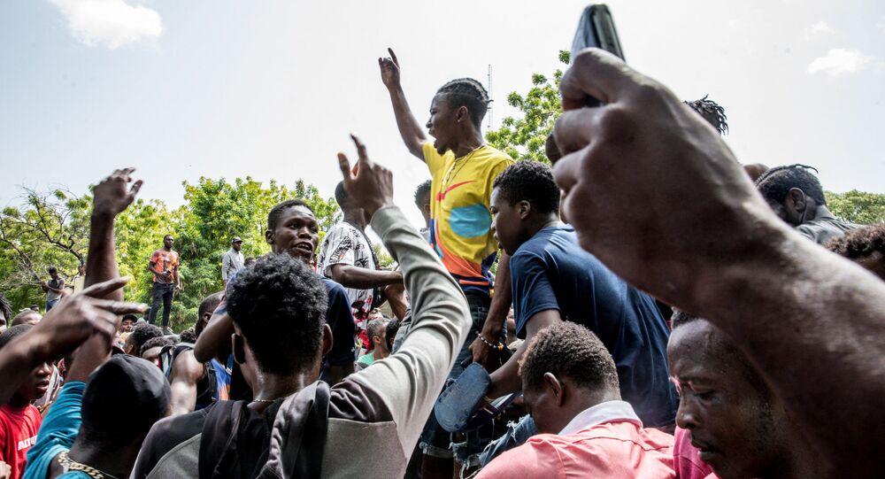 Multidão cerca delegacia onde homens armados acusados de estarem envolvidos no assassinato do presidente Jovenel Moïse estão detidos, em Porto Príncipe, 8 de julho de 2021