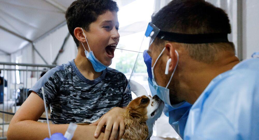 Funcionário de saúde testa criança ao coronavírus em Tel Aviv, Israel, (imagem ilustrativa)