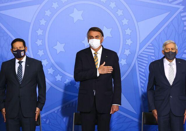 O vice-presidente Hamilton Mourão (E), o presidente Jair Bolsonaro (C) e o ministro-chefe do Gabinete de Segurança Institucional, Augusto Heleno (D), durante a cerimônia de abertura do Fórum sobre Proteção Integrada de Fronteiras e Divisas. Foto de arquivo